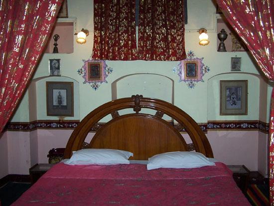 Bikaner Prachtige slaapkamer ,met zilver afgezette gordijnen en sprei. Slaapkamer-India_2844.jpg