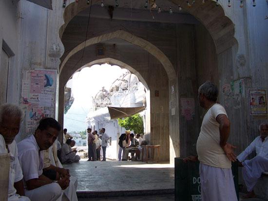 Pushkar Toegang tot een van de zeer vele tempels aan het meer Tempelingang-Pushkar-meer_3544.jpg