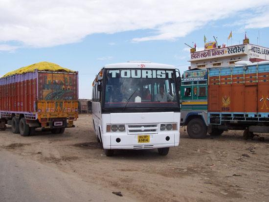 Jaisalmer Op naar Jaisalmer: De bus kwam me maar ophalen want ik bleef te lang rondlopen op de truckerplaats Thar-Woestijn-Jaisalmer_2893.jpg