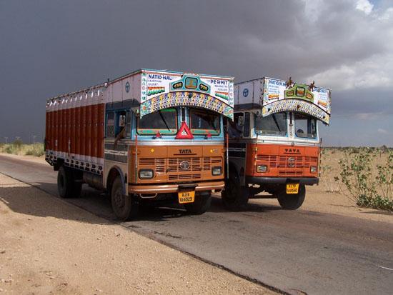 Jaisalmer Toen truckers bemerkten dat ik een foto van de weg wilde nemenstopten ze vlak voor me.Of ik wilde of niet,ik moest een foto van hun trucks nemen. Truckers-Tata-India_2911.jpg