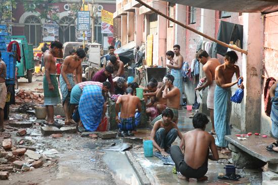 Kolkata1 Bathing at the begin of a new working day Begin van een nieuwe werkdag voor de wegarbeiders 1420_2881.jpg