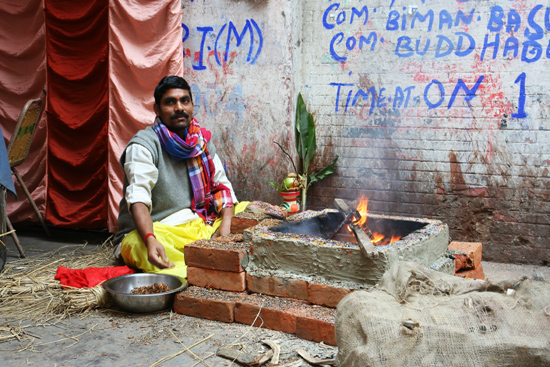 Kolkata1 A kind of celebration in the street, don't know the reason for it Soort straatfeest, aanleiding is onbekend 1440_2913.jpg