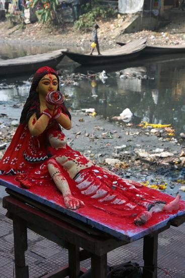 Kolkata1 Statue at the border of a vey dirty river Beeld aan de oever van een enorm smerige rivier 1580_3026.jpg