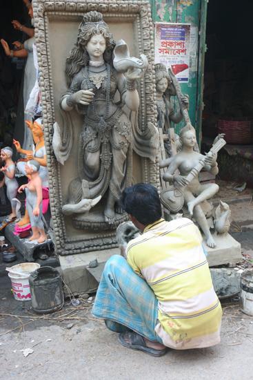 Kolkata1 Kumartuli: a district of statue makers De wijk Kumartuli van vrijwel uitsluitend aardewerk-beeldenmakers 1620_3055.jpg