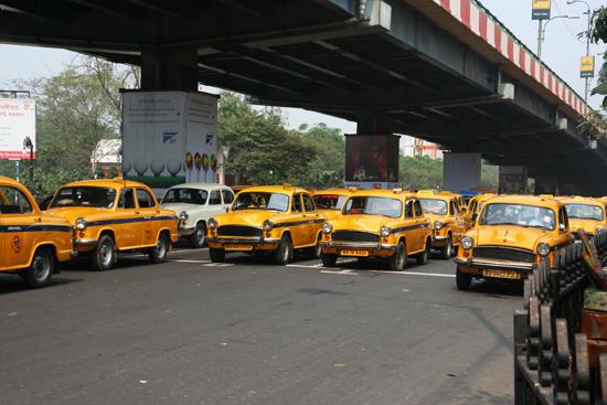 Kolkata2 Hundreds of yellow taxis in town Honderderen gele taxi's rijden er in Kolkata / Calcutta 1780_3176.jpg
