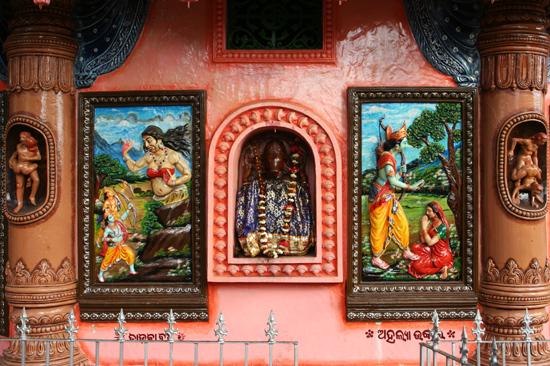 Adivasi-Tour1 Surprising start of the Adivasi-tour:Explicit sex-images in colourful temple near Bhubanashwar Verrassend begin van de Adivasi-tour: Expliciete sex-afbeeldingen in kleurrijk tempeltje nabij Bhubanashwar  2050_4365.jpg