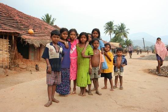 Adivasi-Tour2  Groepje kinderen wilde op de foto 2390_4628.jpg