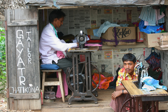 Adivasi-Tour3 Tailor at the market of Bissam Cuttack Kleermaker op de markt 2580_4816.jpg