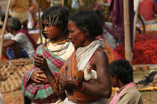 Adivasi-Tour3 Chickens bought or sold Levende kippen in de draagdoeken 2600_4857.jpg