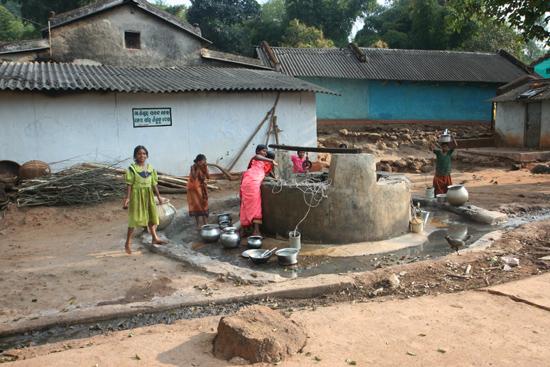 Adivasi-Tour4 Streetlife Orissa Kinderen bij de dorpspomp 2670_4926.jpg