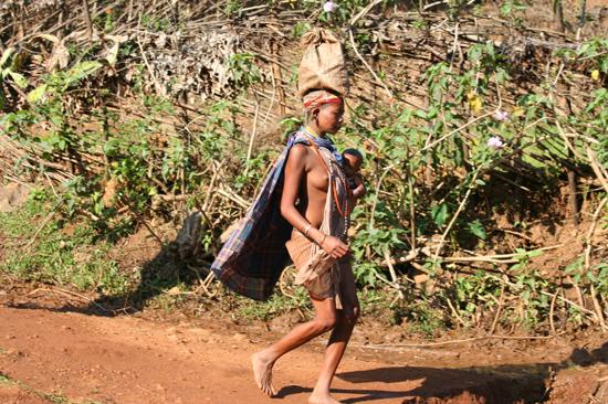 Adivasi-Tour5 Bonda woman with baby on the way to the weekly market in Sogura Bonda-vrouw met baby onderweg naar de weekmarkt in Sogura 2740_4984.jpg
