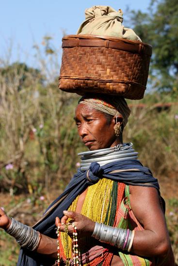Adivasi-Tour5 Bonda woman selling necklaces Bonda verkoopster van halskettingen 2760_5001.jpg