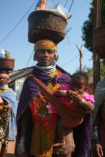 Adivasi-Tour5 Bonda mother and child at Sogura market Bonda moeder en kind op de Sogura markt 2840_5066.jpg