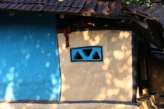 Adivasi-Tour6 Mondriaan style painted houses Mondriaan-achtige beschilderingen 3050_5248.jpg