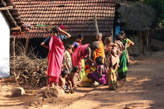 Adivasi-Tour8  Gesprek tussen de buurvrouwen 3280_5466.jpg