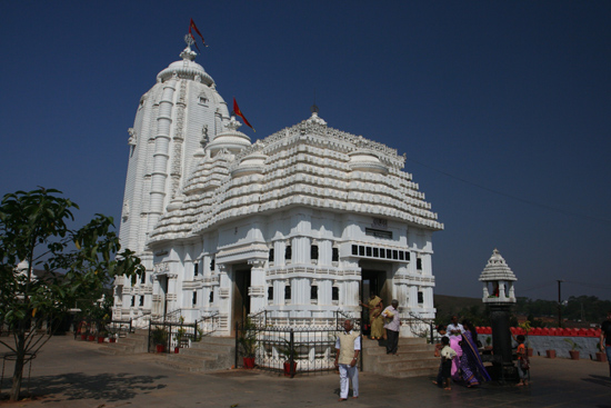 Koraput Jagannath Temple in KoraputThis replica of the temple in Puri can be visited by non-hindus too Deze replica van de tempel in Puri mag w�l bezocht worden door niet-hindoes 3410_5651.jpg