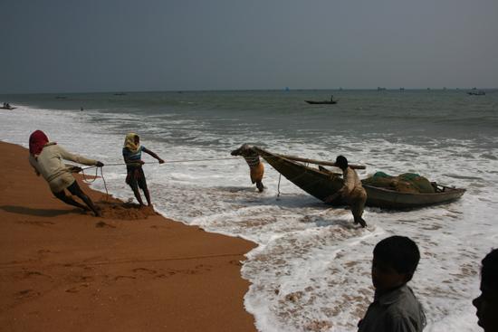 Puri Fishermen PuriVissers aan het werk op het strand 3640_5814.jpg