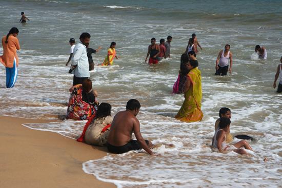 Puri Peddling in the Bay of Bengal Strandvermaak in Puri OrissaPootje baden in de Golf van Bengalen 3650_5830.jpg