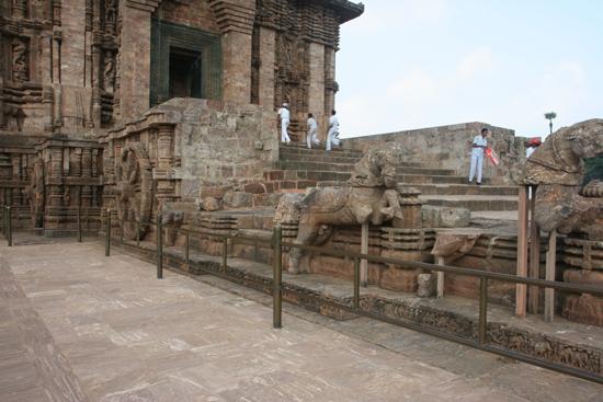 Konark 7 Horses moving the temple, built as a car, on 24 wheels 7 Paarden trekken de als kar met 24 wielen gebouwde tempel 3890_6010.jpg