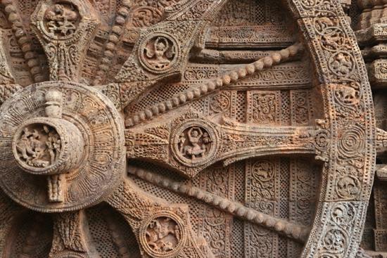 Konark The images on the spokes (like hands in a clock)show the occupations of mankind during the corresponding points of time..... De afbeeldingen op de spaken (als wijzers in een klok)tonen de bezigheden van de mensheid op de verschillende tijdstippen�  3920_6029.jpg