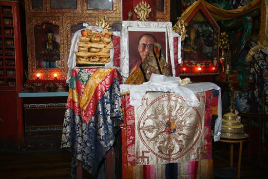 Darjeeling Portret van de Dalai Lama inYiga Choeling Monastery klooster<br><br> 0040_3264.jpg