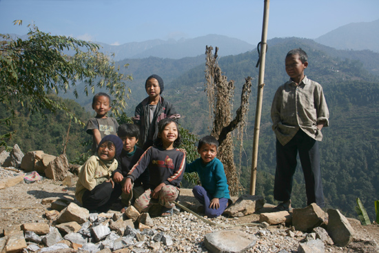 Khecheopari Kinderen van wegwerkers (helpen zelf ook een handje mee..)<br><br> 0330_3597.jpg