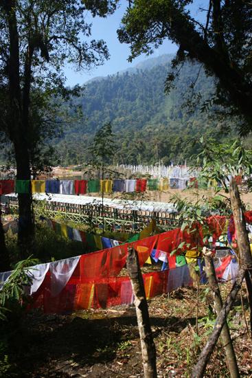 Khecheopari Gebedsvlaggen en gebedsmolens bij het meer<br><br> 0360_3610.jpg