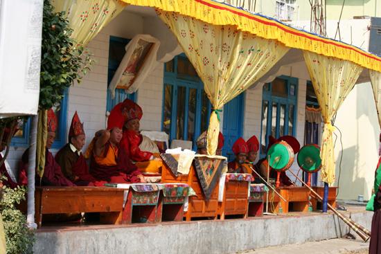 Kalimpong Muzikanten en hoogwaardigheidsbekleders tijdens de maskerdansenin klooster in Kalimpong<br><br> 1270_4150.jpg