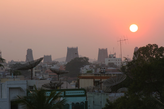 Madurai Sri Meenakshi tempel bij zonsondergang met uitzicht op de gopura's IMG_6597.jpg