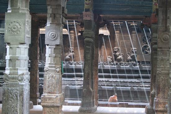 Madurai Geen tralies maar een groot aantal lichtstralen IMG_6639ps.jpg