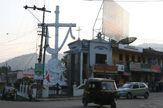 Periyar Enorm kruisbeeld in het centrum vanThekkadi IMG_6954.jpg
