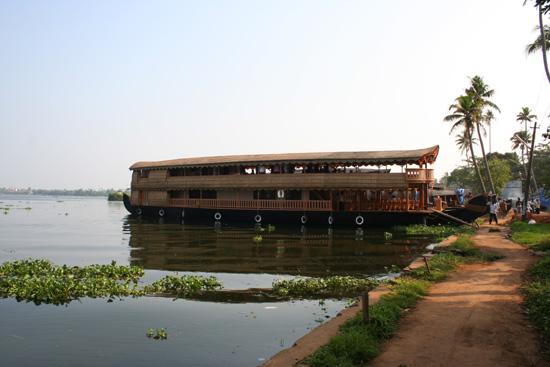 Backwaters Onze houseboat bij de aanlegsteiger bij Alappuzha (Alleppey) IMG_7076.jpg