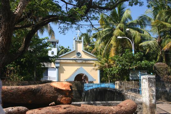 Cochin Kleurrijk geheel: Blauwe lucht, Groene palmen, Geel-wit kerkje IMG_7542.jpg