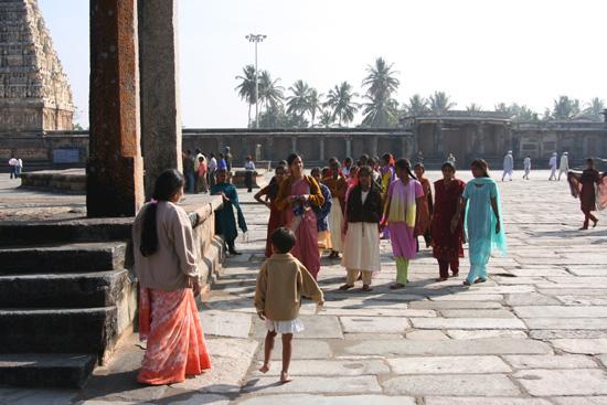 Belur Belur blijkt ook voor de Ind�ers zelf een geliefde attractie te zijn IMG_8511.jpg