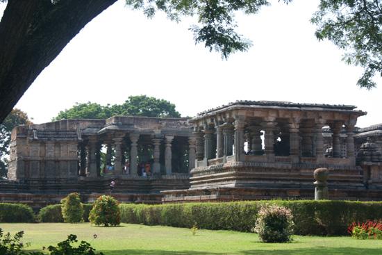 Halebid Tempels gesitueerd in fraai park IMG_8614.jpg