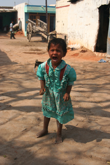 Pattadakal De enige keer dat men het �cht niet leuk vondom te worden gefotografeerd.Gelukkig kon haar papa er wel om lachen. IMG_9103.jpg
