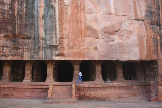 Badami Voorzijde van een van de grottempels in Badami IMG_9173.jpg