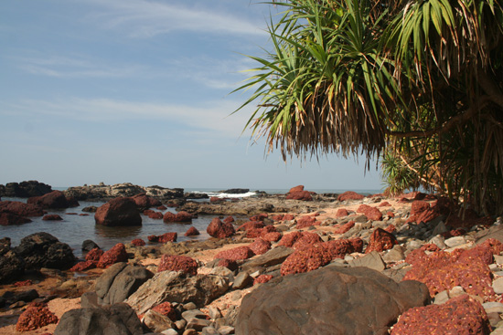 Goa Over rotsen en moeilijke paadjes gelopen naar Vagator Beach IMG_9380.jpg