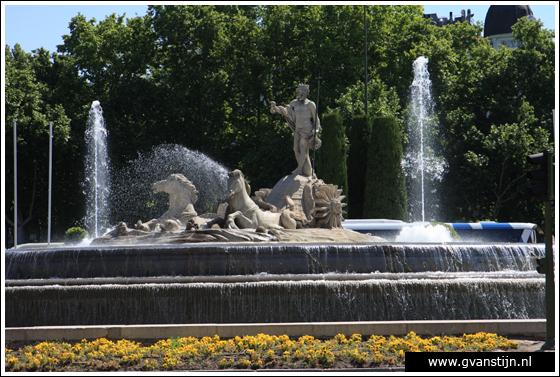 Madrid05 Fountain of Neptune at Plaza de Neptuno 0940_6267.jpg