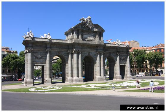 Madrid05 Puerta de Alcal� at Plaza de la Independencia 0980_6292.jpg