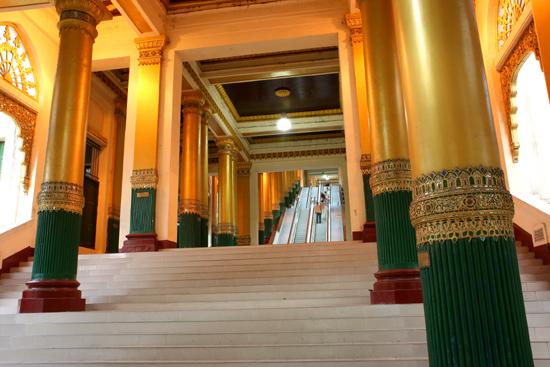 Yangon1 Yangon Roltrappen in de overdekte toegangsgangen   0030_4701.jpg