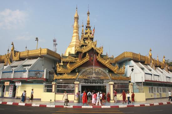 Yangon2 Sule Paya Pagode (tevens de belangrijkste rotonde van Yangon)   0250_4788.jpg