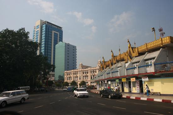Yangon2 Rechts de Sule Paya Pagode   0300_4789.jpg