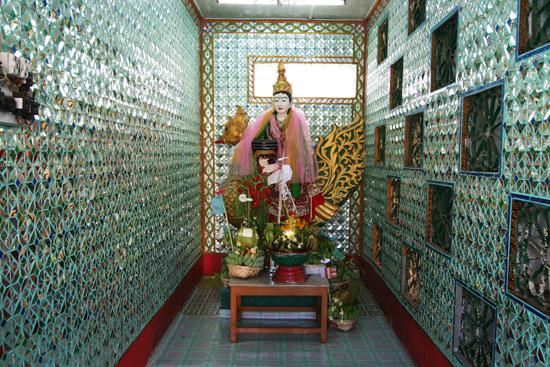 Yangon2 Yangon - Botataung Paya (Pagode) aan de Yangon River Duizenden spiegeltjes in de wanden en plafond   0450_4875.jpg