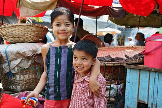 Mandalay Zoals veel vrouwen heeft het meisje Thanka pasta, en combinatie van zonnecreme en make-up, op het gezicht gesmeerd   0650_5064.jpg