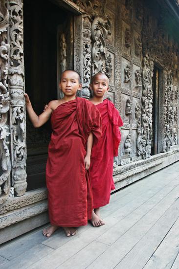 Mandalay Het teakhouten Shwenandaw Kyaung monastry klooster (1895) Jonge monniken   0660_5631.jpg