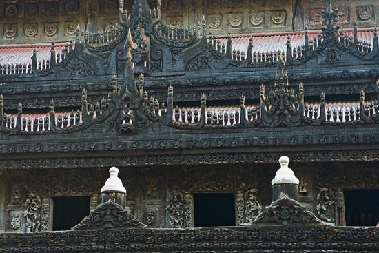 Mandalay Het teakhouten Shwenandaw Kyaung monastry klooster (1895) bevat veel gedetaiileerd houtsnijwerk   0700_5657.jpg