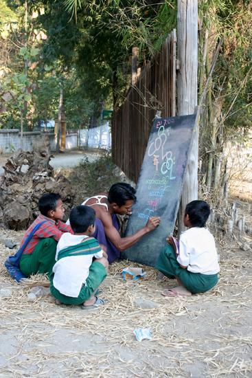 Mingun Mingun Openlucht schooltje gewoon langs de weg, ofwel, Openbaar onderwijs in de praktijk   0890_5192.jpg