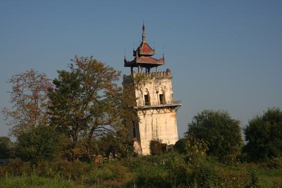 Ava Ava Nanmyin watchtower (27 m) De top is beschadigd door een aardbeving in 1838.   1170_5479.jpg