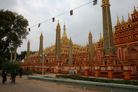 Monywa1 Tussen Mandalay en Monywa  Thanboddhay Paya Pagode  582.357  grote en kleine Boeddha - beelden   1260_5787.jpg